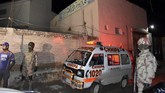 Paramiliter Pakistan dan ambulans saat tiba di lokasi pemboman di Quetta, Pakistan. (AP Photo/Arshad Butt)