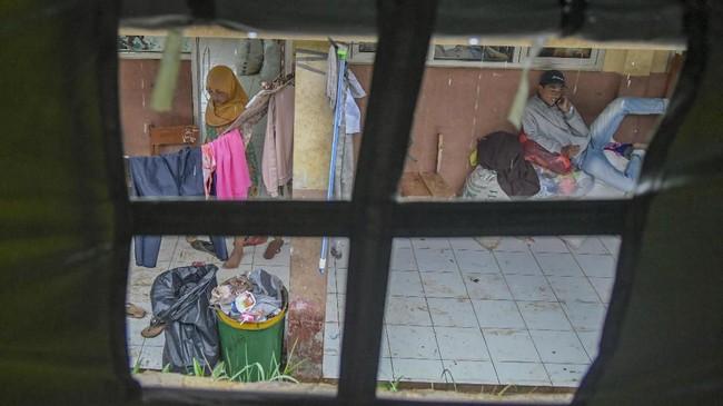 Warga korban bencana banjir bandang dan tanah longsor beraktivitas di posko pengungsian korban banjir bandang dan tanah longsor di SDN Sukajaya 03, Harkat Jaya, Sukajaya, Bogor, Jawa Barat, Jumat (10/1/2020). (ANTARA FOTO/Galih Pradipta/nz)