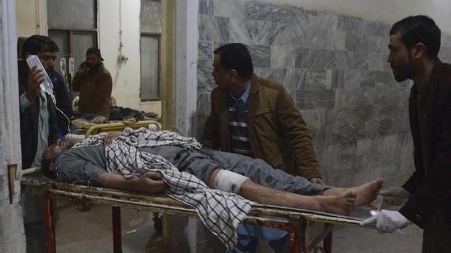 Tim medis membawa korban terluka akibat pemboman di mesjid di Quetta, Pakistan. (Photo by BANARAS KHAN / AFP)