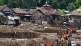 Pencarian korban banjir bandang dan tanah longsor terus dilakukan oleh tim gabungandari Basarnas, TNI dan Polri. (ANTARA FOTO/Arif Firmansyah/pd.)