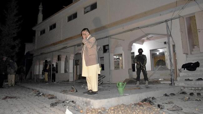 Bom meledak di masjid yang terletak di bagian barat daya Pakistan, saat jemaah sedang menunaikan salat Jumat. Peristiwa ini menewaskan setidaknya 15 orang. (AP Photo/Arshad Butt)
