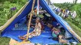 Warga bertahan di atas tanggul dengan tenda darurat saat mengungsi dari banjir akibat tanggul Sungai Tuntang yang jebol di Desa Trimulyo, Guntur, Kabupaten Demak, Jawa Tengah, Jumat (10/1/2020). ANTARA FOTO/Aji Styawan