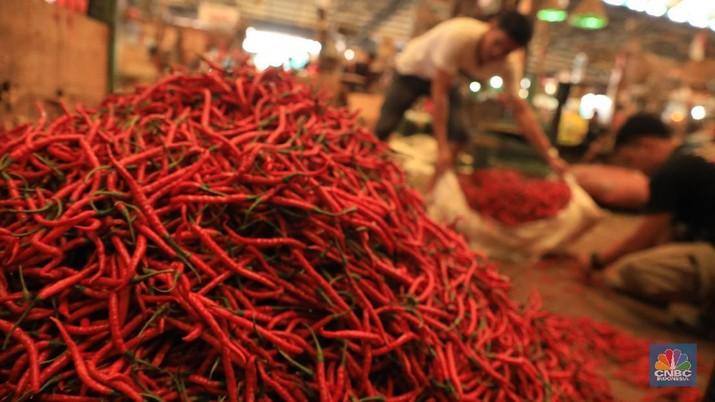 Bongkar Muat Cabai Merah di Pasar Kramat Jati (CNBC Indonesia/Tris Susilo)