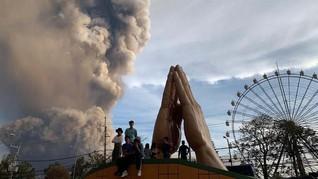 FOTO : Warga Filipina Panik Akibat Erupsi Gunung Taal
