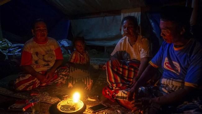 Sejumlah pengungsi korban banjir Sungai Tuntang beraktivitas di dalam tenda darurat yang mereka dirikan di atas tanggul Desa Trimulyo, Guntur, Kabupaten Demak, Jawa Tengah, Minggu (12/1/2019). ANTARA FOTO/Aji Styawan