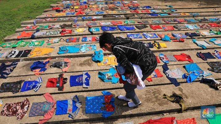 Penampakan Ribuan Pakaian yang Dijemur Gegara Kebanjiran