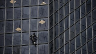 FOTO: Manusia Laba-Laba Protes Jaminan Pensiun Prancis