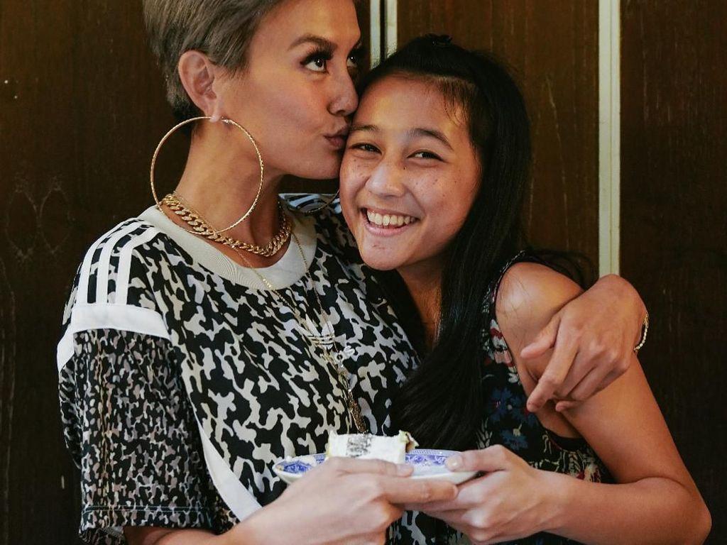 Tahun 2018, Chloe merayakan ulang tahun ke-15. Ia tampak senang diberi kejutan oleh orang-orang terdekatnya, termasuk Agnez Mo yang mendapat potongan kue. Foto: Instagram chloexaviera