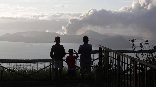 Abu tebal dari gunung Taal bahkan sampai di langit Manila yang berjarak 65 kilometer dari lokasi kejadian. Seitar 500 penerbangan dari dan menuju Manila sempat dibatalkan. (AP Photo/Aaron Favila)