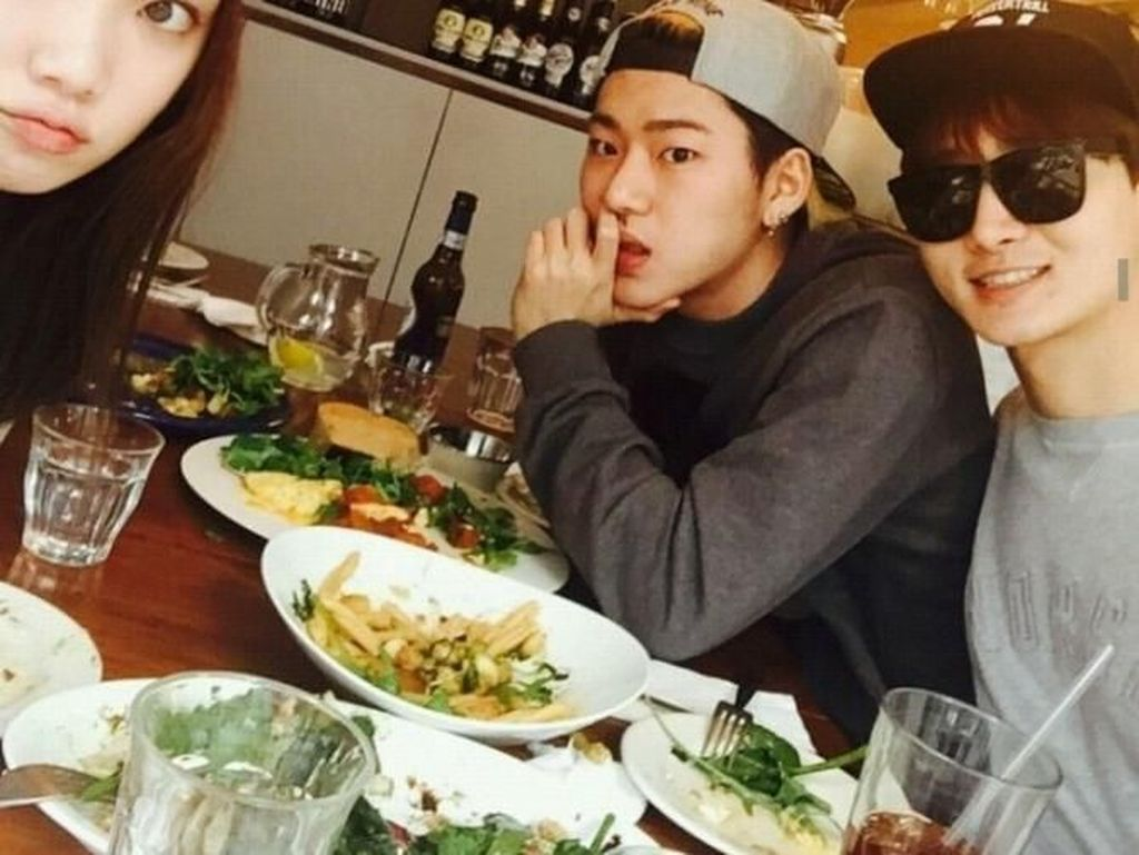 Dulu Zico sempat dikabarkan kencan dengan Lee Sun Kyung. Ini kebersama Zico dengan Lee Sun Kyung dan temannya saat menyantap beberapa makanan sehat seperti salad. Foto: Istimewa