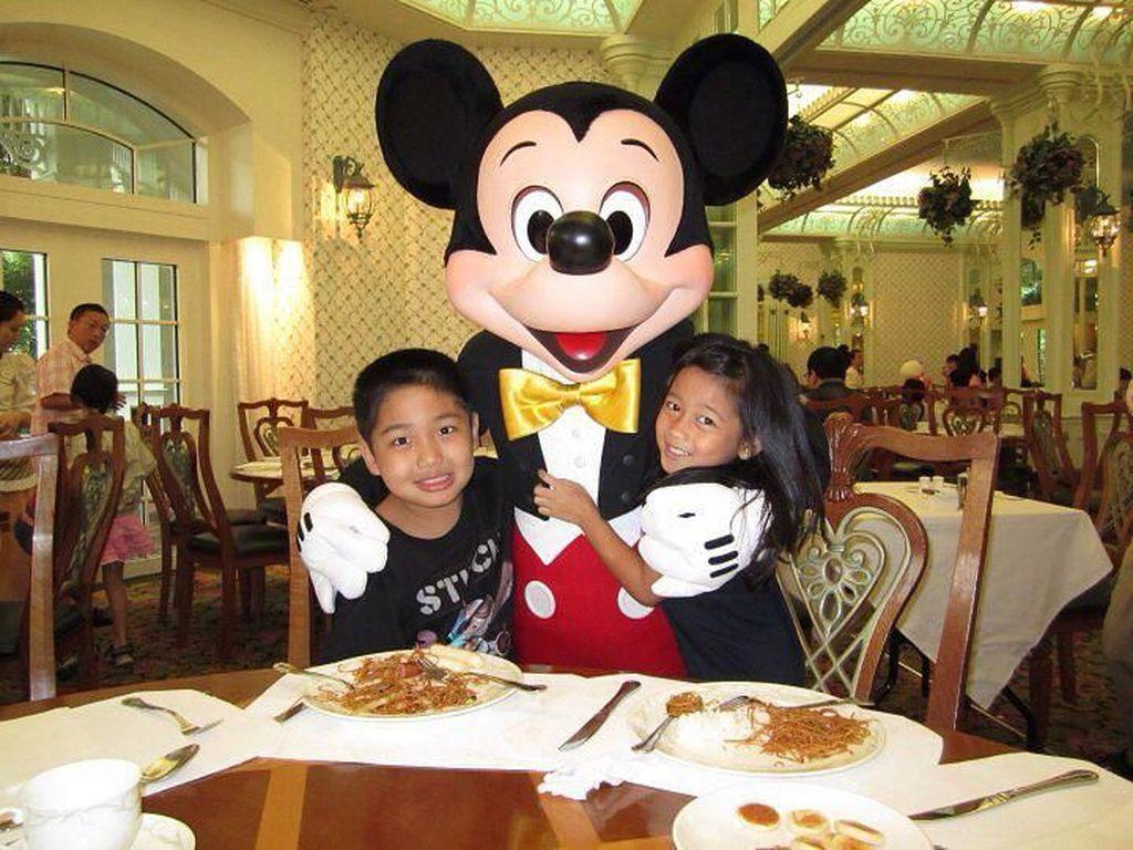 Di foto ini Chloe sedang mengenang masa lalunya saat berkunjung ke Disnyeland. Terlihat ia menikmati makanan ditemani badut Mickey Mouse yang menggemaskan. Foto: Instagram chloexaviera
