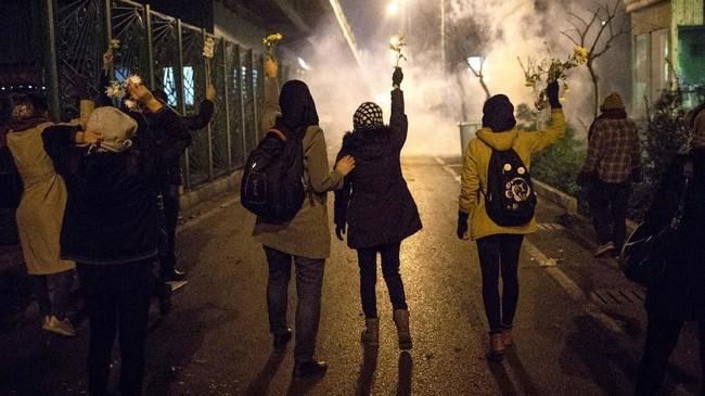 Protes selama akhir pekan lalu itu dilaporkan diikuti ratusan pedemo terutama kelompok pelajar.(AP Photo)
