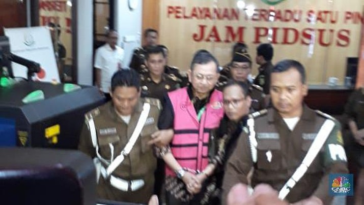 Berdasarkan pantauan CNBC Indonesia, Hendrisman keluar dari Gedung Jaksa Agung Muda Pidana Khusus Kejagung, Selasa (14/1/2020) pukul 18.33 WIB.