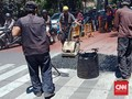 Dinas PU Bongkar Jalan di Kota Bandung yang Keluarkan Asap
