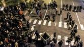 Video yang tersebar di media sosial bahkan menunjukkan aparat keamanan menembakkan gas air mata hingga pelurutajam untuk meredam para pengunjuk rasa.(AP Photo)