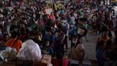 Badan tanggap bencana sejauh ini mencatat lebih dari 30 ribu warga di provinsi Batangas dan Cavite mulai mengungsi. Jumlahnya diperkirakan akan terus bertambah. (Photo by Ted ALJIBE / AFP)