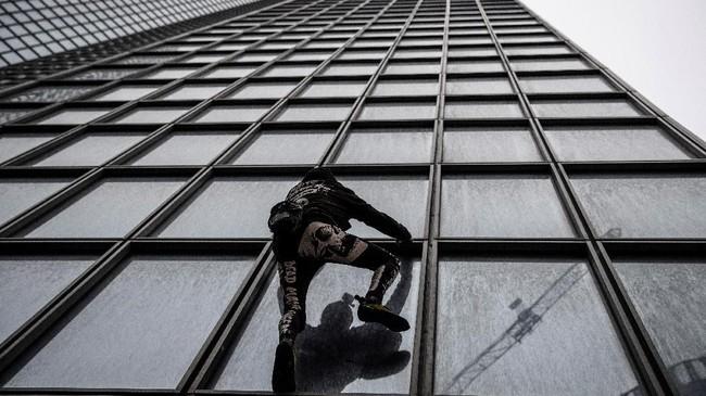 Robert yang pernah mampir ke Indonesia memanjat gedung setinggi 187 meter tersebut sejak pukul 10.30 waktu setempat.(Photo by Thomas SAMSON / AFP)