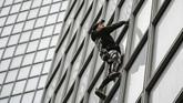 Robert kerap memanjat sejumlah gedungdi seluruh dunia tanpa tali dan terkadang tidak berizin. (Photo by Thomas SAMSON / AFP)