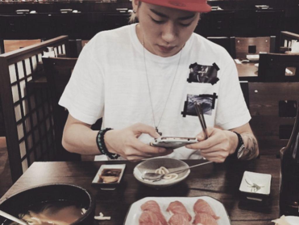 Tak hanya makanan Korea dan Pizza, Zico juga terlihat sedang menyantap sushi salmon yang menggiurkan tersebut. Foto: Istimewa
