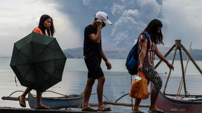 Departemen Ilmu Pengetahuan dan Teknologi Institut Vulkanologi dan Seismologi Filipina melaporkan gunung berapi Taal di Pulau Luzon erupsi pada Minggu (12/1). (Photo by Ted ALJIBE / AFP)