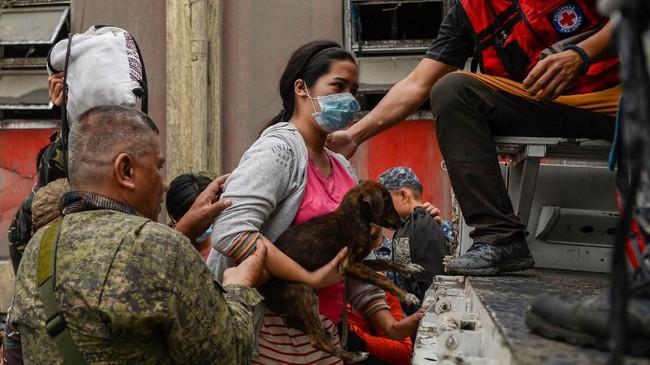 Gunung Taal mulai memuntahkan lava pijar disertai kabut abu tebal yang memicu kekhawatiran warga. (Photo by Ted ALJIBE / AFP)