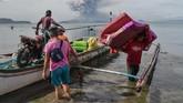 Peringatan kondisi gunung Taal meningkat dari level 3 (pergerakan magma) menjadi level 4 (erupsi berbahaya segera terjadi) pada Minggu pukul 19.02. (Photo by Ted ALJIBE / AFP)