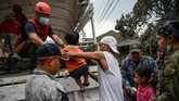 Kenaikan status terjadi akibat aktivitas vulkanik yang mengeluarkan fragmen partikel yang sarat uap setinggi 10-15 kilometer disertai petir dan hujan abu basah di wilayah utara gunung Taal hingga kota Quezon. (Photo by Ted ALJIBE / AFP)