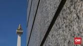 Pada tiap sudut halaman luar yang mengelilingi monumen terdapat relief yang menggambarkan sejarah Indonesia. Relief ini berlanjut secara kronologis searah jarum jam menuju sudut tenggara, barat daya, dan barat laut. (CNNIndonesia/Safir Makki)