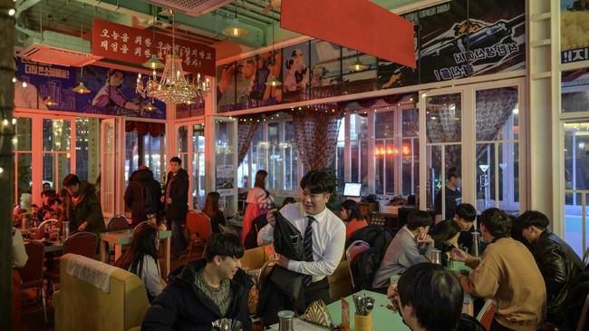 Sang pemilik bar, Jang Woo Kyung, tidak pernah berada di Zona Demiliterisasi. Tetapi dekorasi barnya salah satunya terinspirasi dari area yang memisahkan Korea Utara dan Korea Selatan itu. (AFP/Ed Jones)