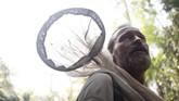 Philippe, ahli entomologi mencari kupu-kupu raksasa di hutan Lobaye, dekat Mogoumba, Afrika pada Kamis (5/12). (Photo by FLORENT VERGNES / AFP)