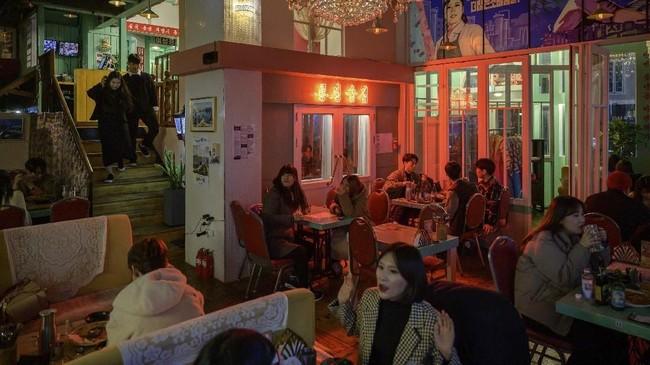 Suasana bagian dalam Pyeongyang Bar yang berlokasi di Hongdae, kawasan hiburan malam di Seoul, Korea Selatan. (AFP/Ed Jones)