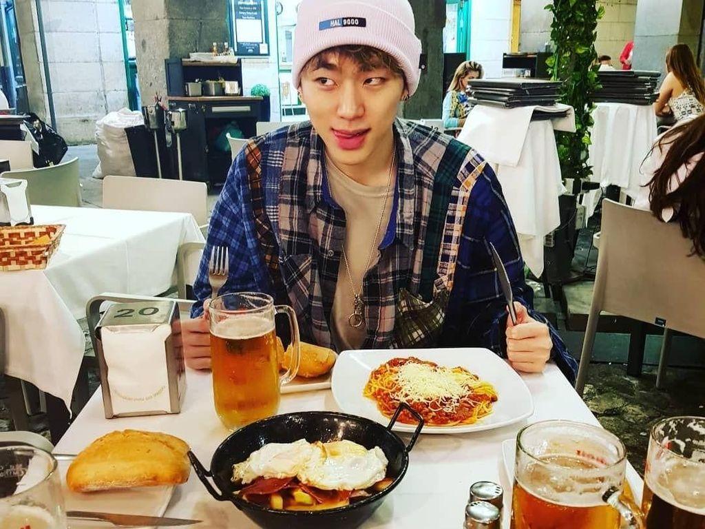 Jalan-jalan ke luar negeri, Zico pun pergi kulineran. Ini potretnya saat menyantap roti, spaghetti, dan bir kesukannya. Foto: Istimewa