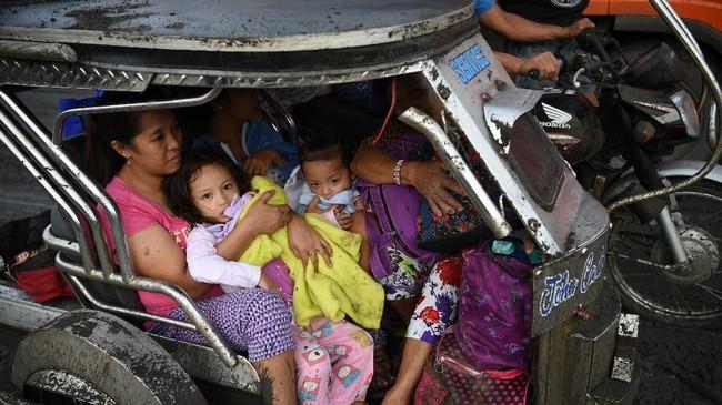 Pemerintah melakukan proses evakuasi terhadap ratusan ribu warga yang berada di sekitar gunung Taal dari potensi letusan yang lebih besar. (Photo by Ted ALJIBE / AFP)