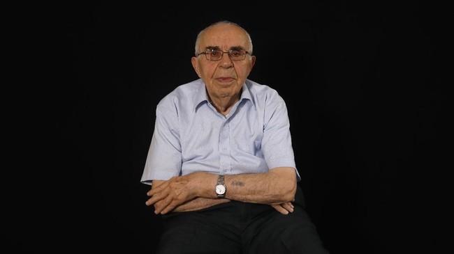 Menahem Haberman (92) mengaku tidak tahu bahwa keluarganya dikremasi di kamp Auschwitz dan dia ditugaskan untuk melarung seluruh abunya ke sebuah kanal. (Photo by MENAHEM KAHANA / AFP)