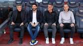 Setien (kiri) berfoto bersama dengan para staf tim teknik Barcelona. (Photo by LLUIS GENE / AFP)