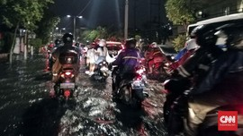 Surabaya Banjir, Warganet Salahkan Anies