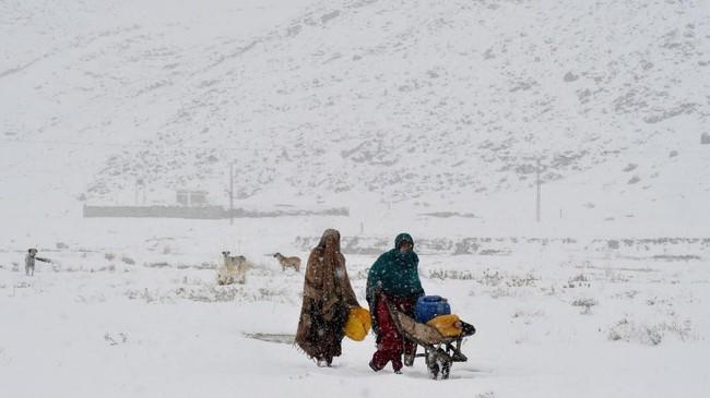 Kashmir, Pakistan menjadi daerah yang dilanda cuaca buruk terparah hingga menewaskan 62 orang dan 10 hilang. (Photo by Banaras KHAN / AFP)