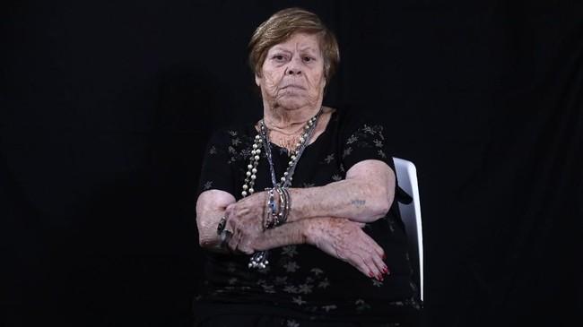 Malka Zaken (91) masih mengingat jelas ketika dia disiksa di kamp Auschwitz oleh pasukan Nazi. (Photo by MENAHEM KAHANA / AFP)