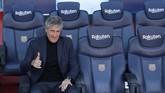 Setien langsung mencoba kursi cadangan Barcelona di Stadion Camp Nou. Mantan pelatih Real Betis itu mengaku pengagum Lionel Messi. (AP Photo/Emilio Morenatti)