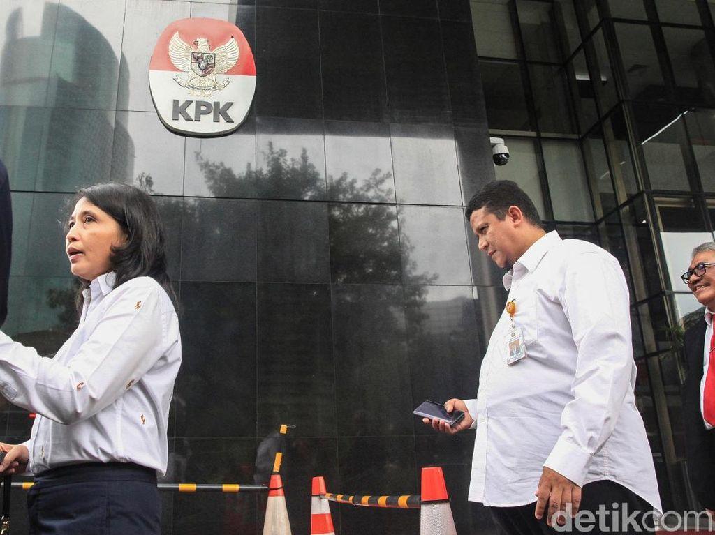 Muhammad dan Ida Budhiati meningglkan gedung KPK usai melakukan koordinasi terkait sidang etik Komisioner KPU Wahyu Setiawan.