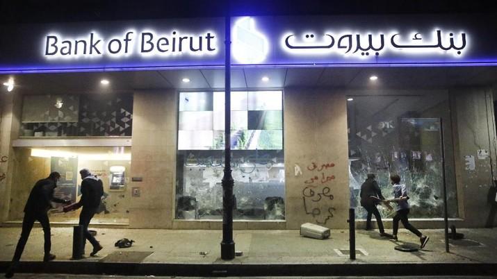 Ekonomi Lemah Lesu, Pendemo Lebanon Hancurkan Bank & ATM