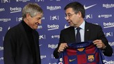 KedatanganQuique Setien (kiri) mendapat sambutan hangat dari PresidenKlub Josep Maria Bartomeu dan para fan Barcelona. (AP Photo/Emilio Morenatti)