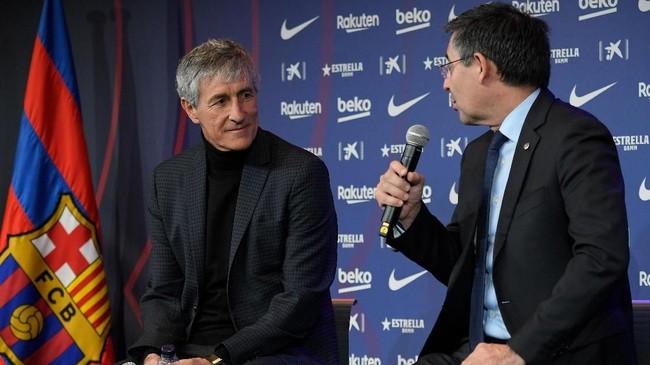 Setien bisa dibilang anomali karena direkrut tak berdasarkan kebiasaan Barcelona yang merekrut pelatih berdasarkan prestasi atau latar belakang koneksi klub itu. (Photo by LLUIS GENE / AFP)