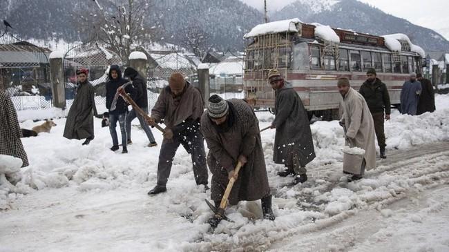 Sejumlah ruas jalan dan sekolah sempat ditutup lantaran kondisi cuaca yang semakin parah. Lebih dari 300 rumah hancur akibat terkena longsoran salju. (AP Photo/ Dar Yasin)