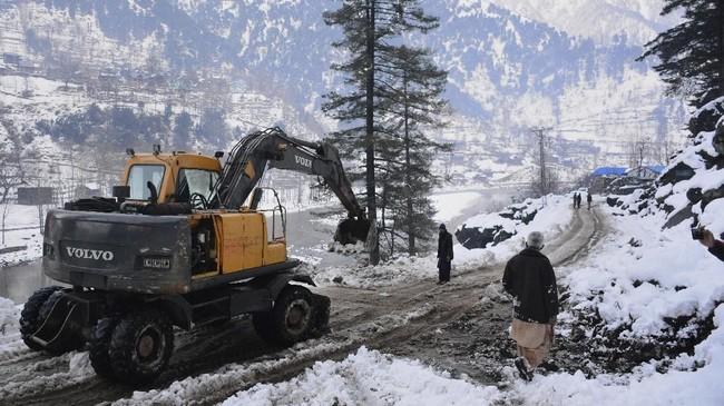 Tanah longsor yang kerap terjadi saat musim dingin di Kashmir kerap menghalangi jalan dan membuat warga terisolir. Korban tewas mayoritas anak-anak dan perempuan. (AP Photo/M.D. Mughal)