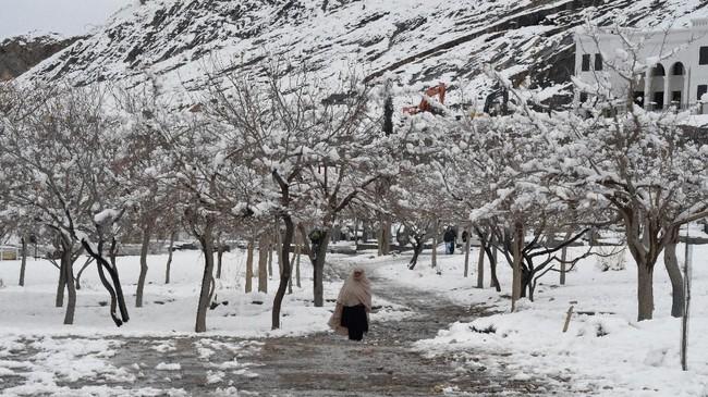 Cuaca buruk yang ditandai dengan bencana tanah longsor, banjir, hingga musim dingin tengah menimpa Pakistan dan Afghanistan dalam beberapa hari terakhir. (Photo by Banaras KHAN / AFP)