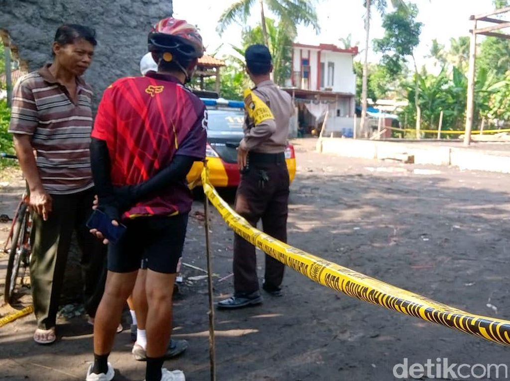 Warga mendatangi lokasi Keraton Agung Sejagat yang berada di kawasan Purworejo, Jawa Tengah, Rabu (15/1/2020). Keraton itu nampak dijaga dan dipasangi garis polisi.