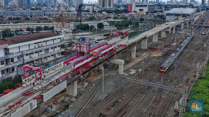 Proyek pembangunan double-double track (DDT) Manggarai-Cikarang di Stasiun Manggarai, Jakarta, Rabu (15/1/2020). (CNBC Indonesia/Andrean Kristianto)