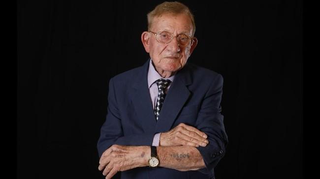 Shmuel Blumenfeld (94) masih menyimpan tanah dari Auschwitz, tempat seluruh keluarganya dihabisi pasukan Nazi. (Photo by MENAHEM KAHANA / AFP)