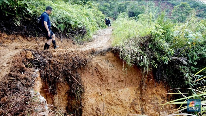CT Arsa Kirim Bantuan Demi Korban Longsor di Desa Terisolasi